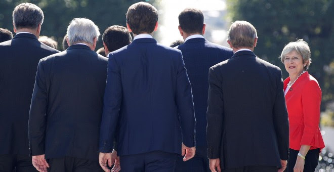 La primera ministra británica, Theresa May, junto a los líderes de la UE en la cumbre de Salzburgo (Austria). / REUTERS LISI NIESNER