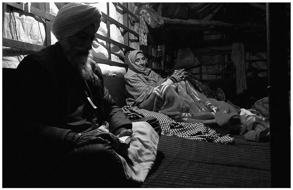 Una pareja de campesinos pasa una noche de invierno en su camioneta en la frontera entre Singhu y Delhi, 28 de diciembre de 2020