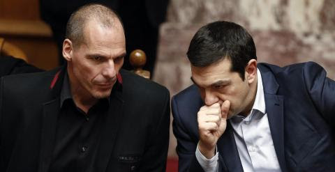 El primer ministro griego, Alexis Tsipras, conversa con el ministro de Finanzas, Yanis Varoufakis, durante una sesión del Parlamento heleno de este miércoles. REUTERS/Alkis Konstantinidis