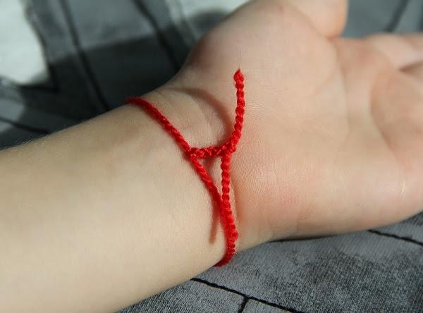 Зачем носят красную нить на запястье: вся правда о талисмане удачи.