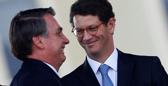 El presidente de Brasil, Jair Bolsonaro, abraza a su ministro de Medio Ambiente, Ricardo Salles, en Brasilia. REUTERS