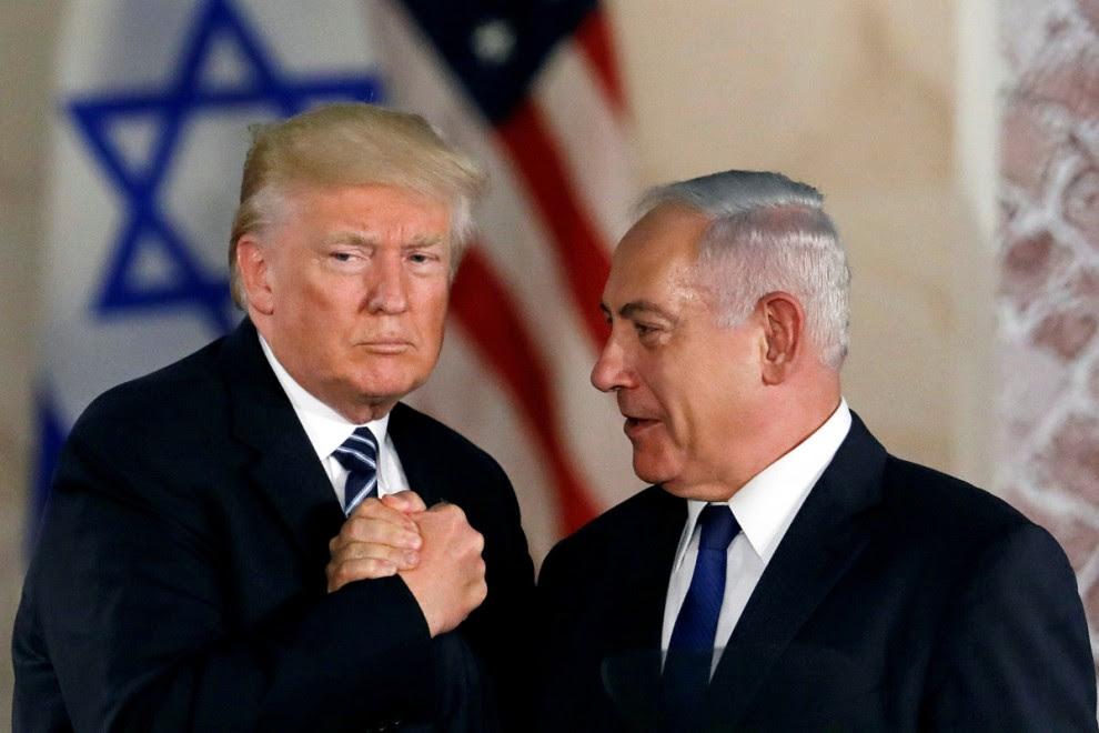 El presidente de los Estados Unidos, Donald Trump, y el primer ministro israelí, Benjamin Netanyahu, se dan la mano después del discurso de Trump en el Museo de Israel en Jerusalén el 23 de mayo de 2017. REUTERS / Ronen Zvulun / ARCHIVO