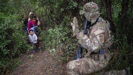Un miembro de la patrulla fronteriza de EE.UU. saluda a una familia tras entrar ilegalmente en EE.UU. desde México en Fronton, Texas, el 18 de octubre de 2018.
